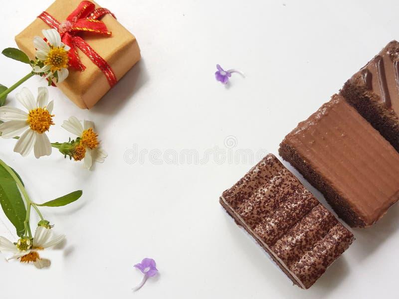 Chocolates dulces con la caja de regalo Día feliz de los amantes Concepto del día del ` s de la tarjeta del día de San Valentín foto de archivo