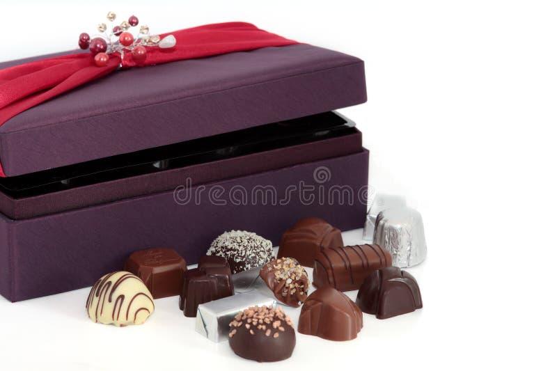 Chocolates e caixa luxuosos imagens de stock royalty free
