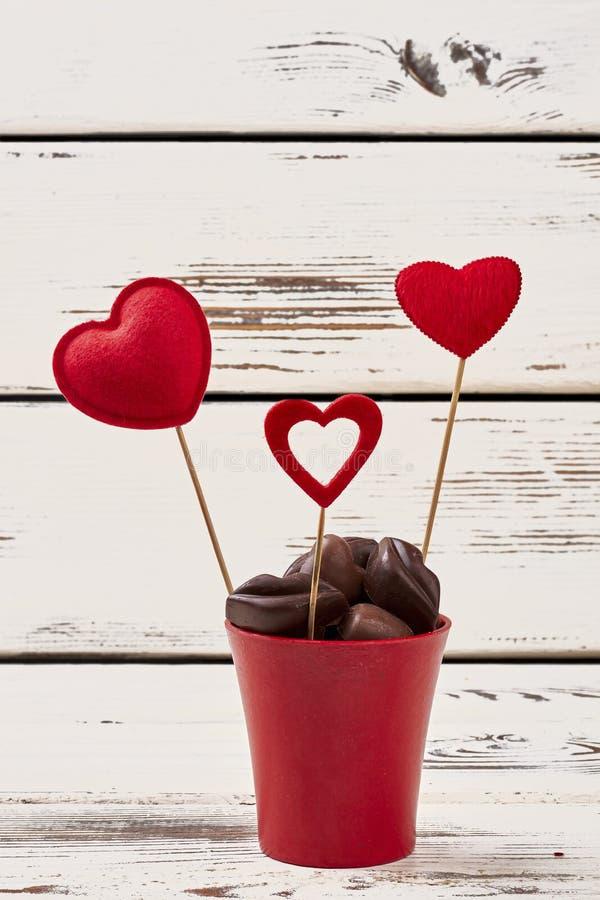 Chocolates e corações vermelhos fotografia de stock royalty free