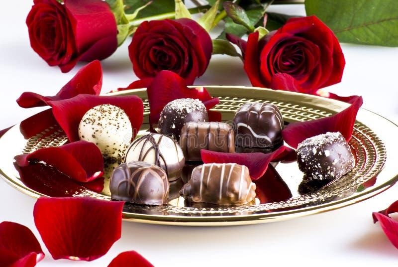 Chocolates e rosas fotos de stock