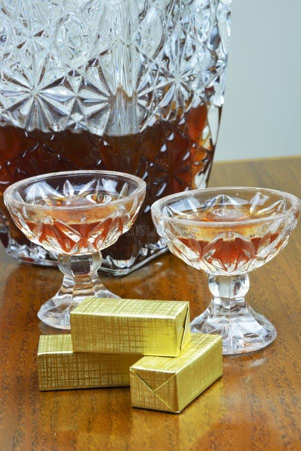 Chocolates e vidros com licor imagem de stock