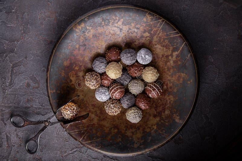 Chocolates em um grande prato fotografia de stock royalty free