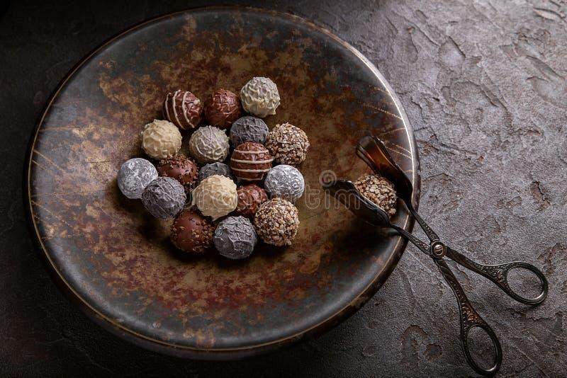 Chocolates em um grande prato imagens de stock
