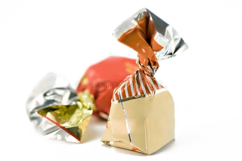 Chocolates en un fondo blanco imagenes de archivo