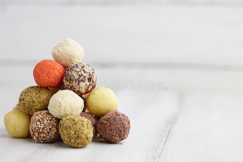 Chocolates feitos a mão da trufa fotos de stock