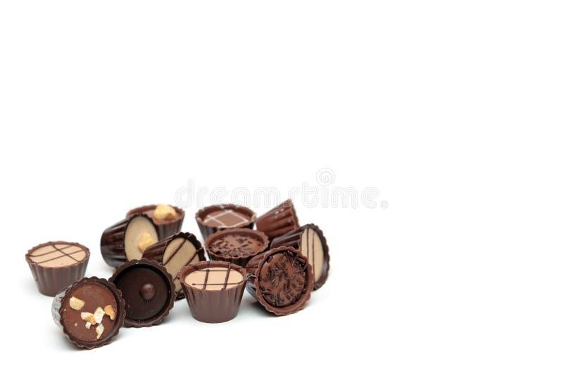 Chocolates mezclados en blanco con el espacio de la copia fotos de archivo