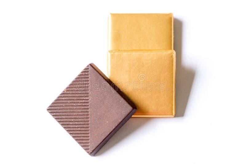 Chocolates oscuros en el fondo blanco imagenes de archivo