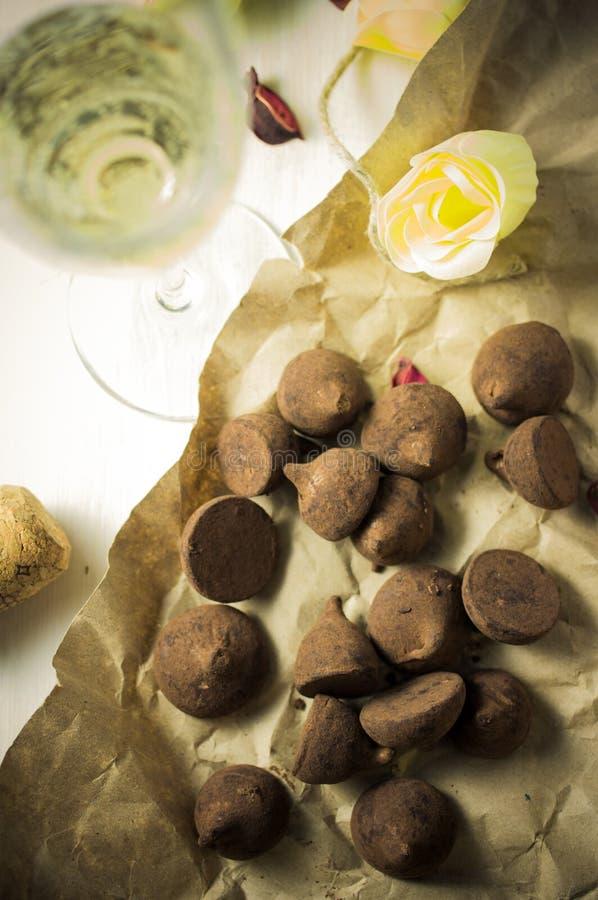 Chocolates y champán imagen de archivo