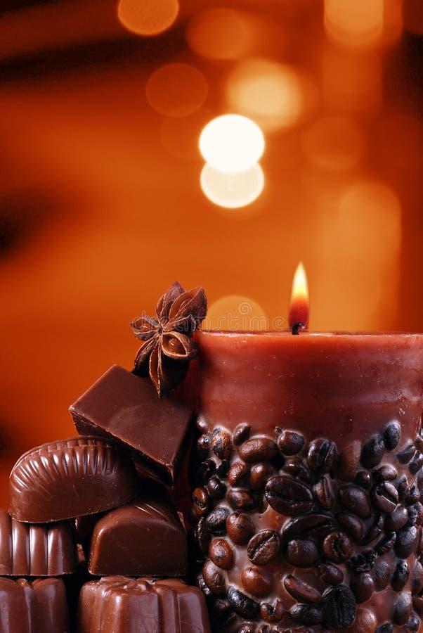 Chocolates y vela. imagen de archivo libre de regalías