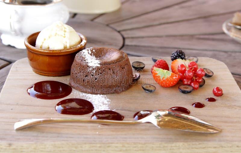 Chocolatetcake met roomijs en bessen royalty-vrije stock foto