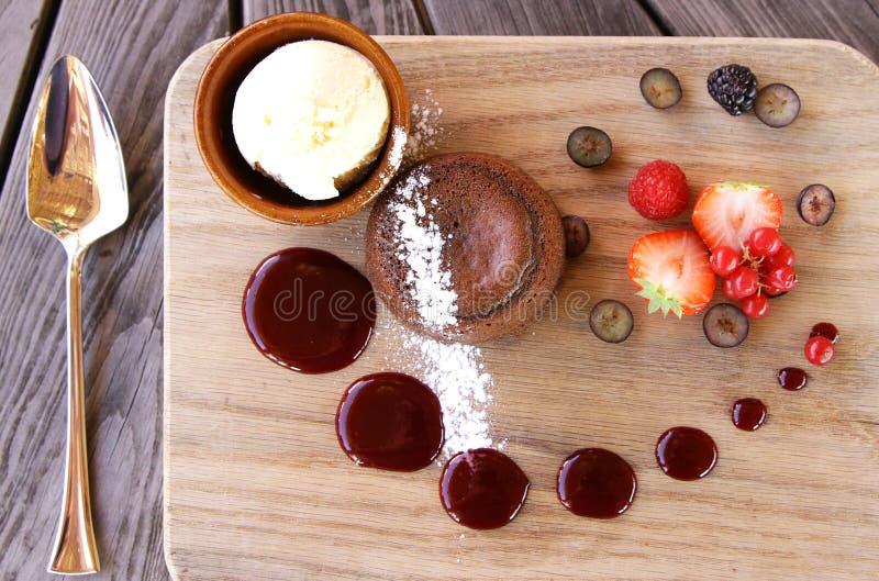 Chocolatetcake met roomijs en bessen royalty-vrije stock afbeelding