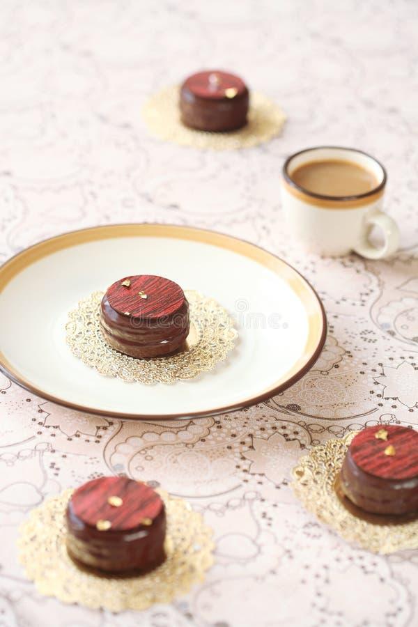 Chocorons - Macarons som glasas i choklad royaltyfri bild