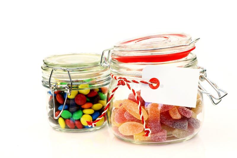 Chocs en verre avec la sucrerie colorée photos stock