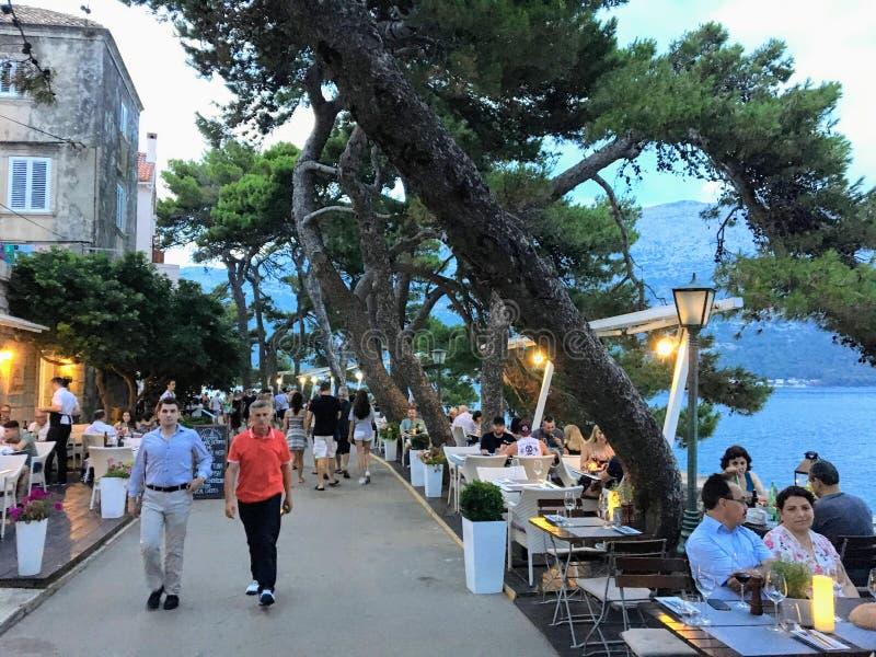 Chodniczek w miasteczku Korcula, na Korcula wyspie, Chorwacja, turyści i miejscowi cieszy się weekendowego, pełno mieć gościa res fotografia stock