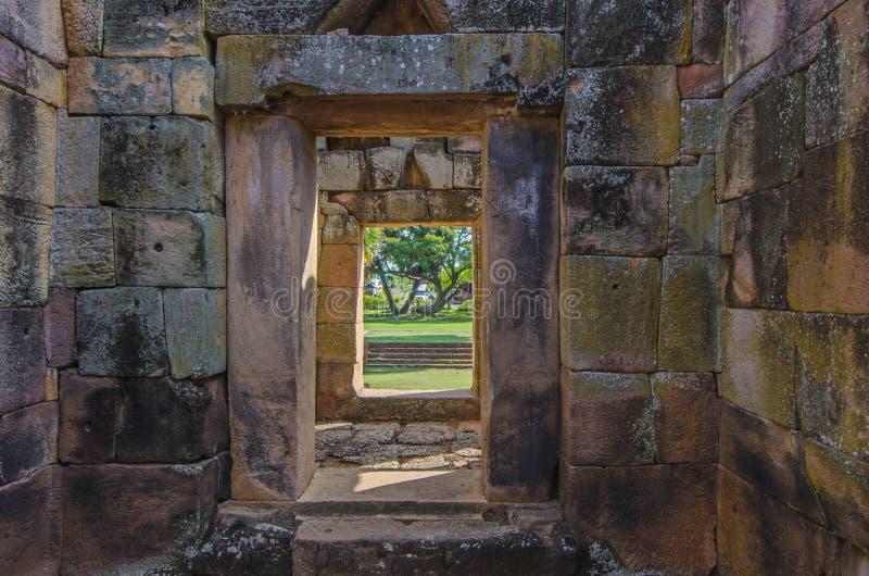 Chodnik i drzwi zamku z piaskowca do parku obrazy stock