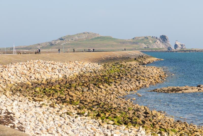Chodząca ścieżka latarnia morska w Howth molu z Irelands oka wyspą w tle fotografia royalty free