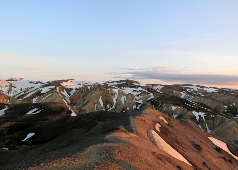 Chodząca ścieżka na grzebieniu halny Blahnukur przy zmierzchem, Landmannalaugar teren, Fjallabak rezerwat przyrody, Iceland obrazy stock