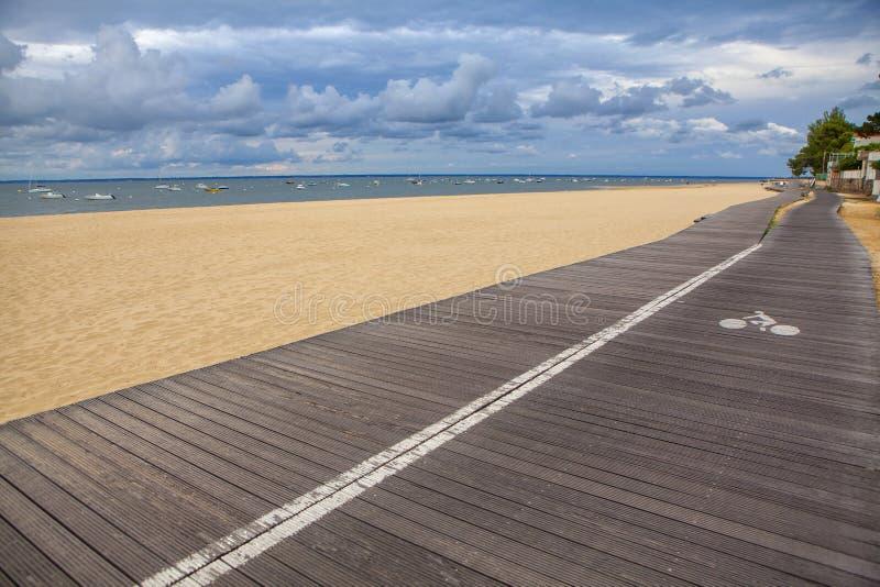Chodząca ścieżka wzdłuż plaży zdjęcie stock