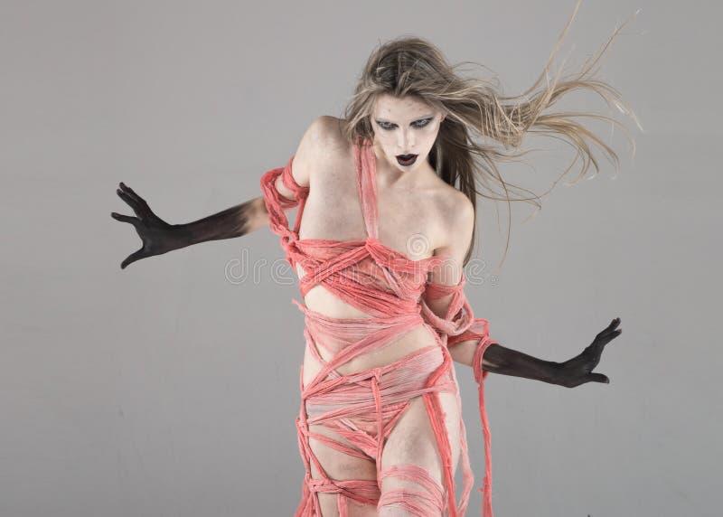 Chodząca nieżywa straszna dziewczyna zdjęcie royalty free