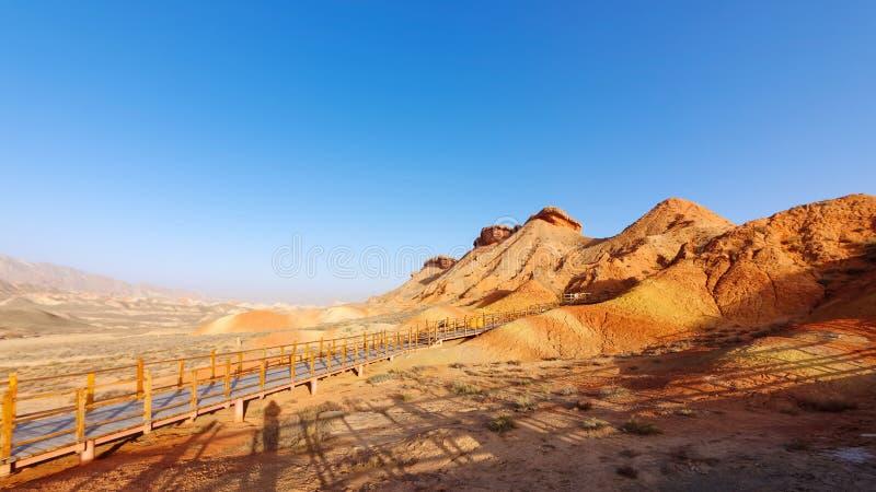 Chodzące ścieżki wokoło piaskowcowej rockowej formacji przy Zhangye Krajowym Geological parkiem Zhangye Danxia obywatel Geopark,  zdjęcia royalty free