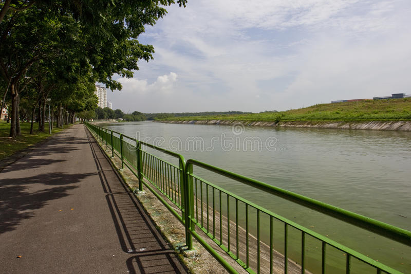 Chodzący ścieżkę i jeździć na rowerze rzeką zdjęcia royalty free