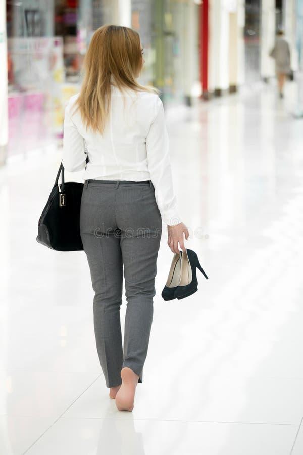 Chodzący bosy w biuro stylu odziewa fotografia stock