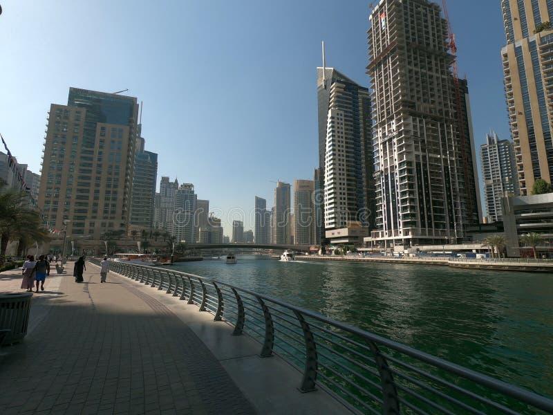 Chodzący deptak przy Dubaj Marina z widokiem linia horyzontu, budynki i jacht, obraz stock