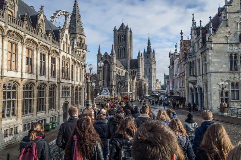 Chodzący ludzie od behind na wycieczce turysycznej w Gent zdjęcia royalty free