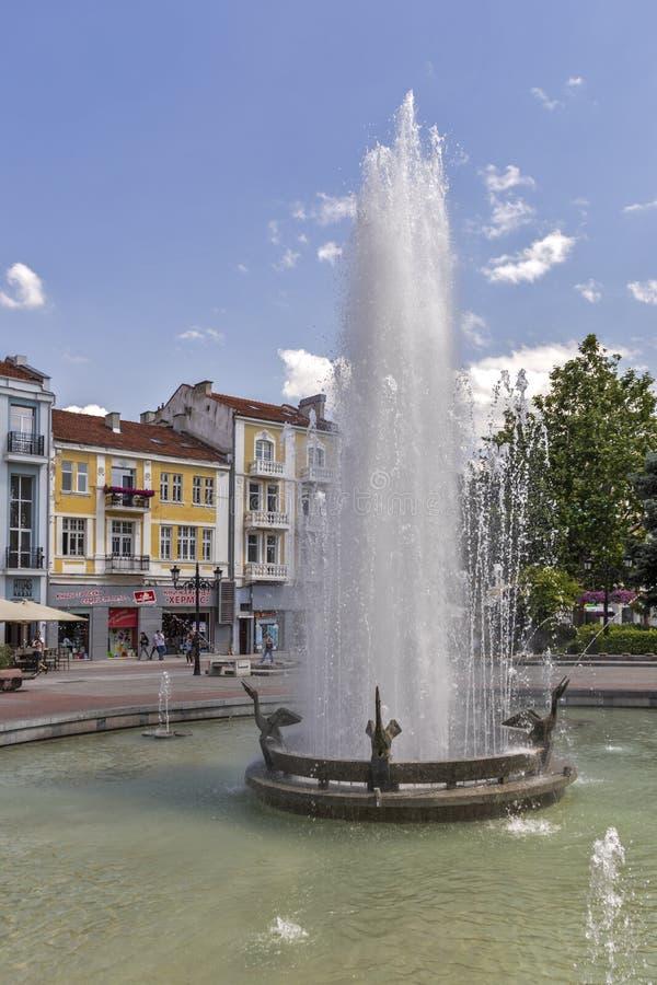 Chodzący ludzie przy Zwyczajnymi ulicami przy centrum miasto Plovdiv, Bułgaria fotografia royalty free