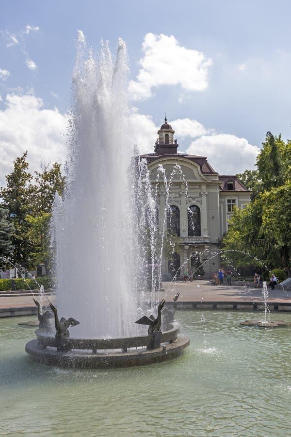 Chodzący ludzie przy Zwyczajnymi ulicami przy centrum miasto Plovdiv, Bułgaria obrazy stock