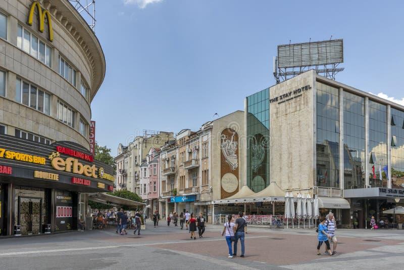 Chodzący ludzie przy Zwyczajnymi ulicami przy centrum miasto Plovdiv, Bułgaria zdjęcie stock