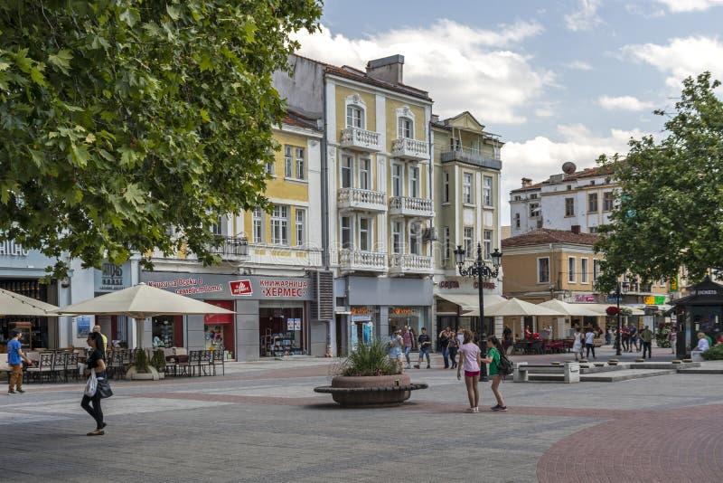 Chodzący ludzie przy Zwyczajnymi ulicami przy centrum miasto Plovdiv, Bułgaria fotografia stock