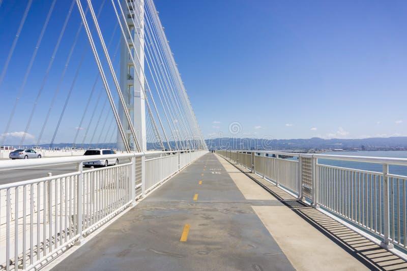 Chodzący na nowym zatoka mostu śladzie iść od Oakland Yerba Buena wyspa, San Francisco zatoka, Kalifornia obraz stock