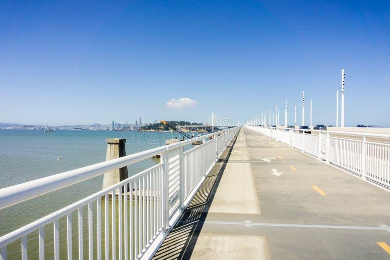Chodzący na nowym zatoka mostu śladzie iść od Oakland Yerba Buena wyspa, San Francisco zatoka, Kalifornia fotografia royalty free