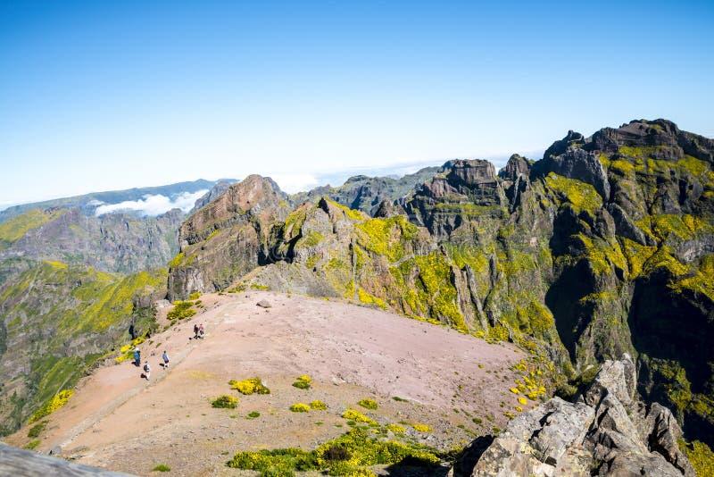 Chodzący na Pico robi Arieiro, przy 1.818 m wysokimi, jest madery wyspy ` s trzeci wysokim szczytem zdjęcie royalty free