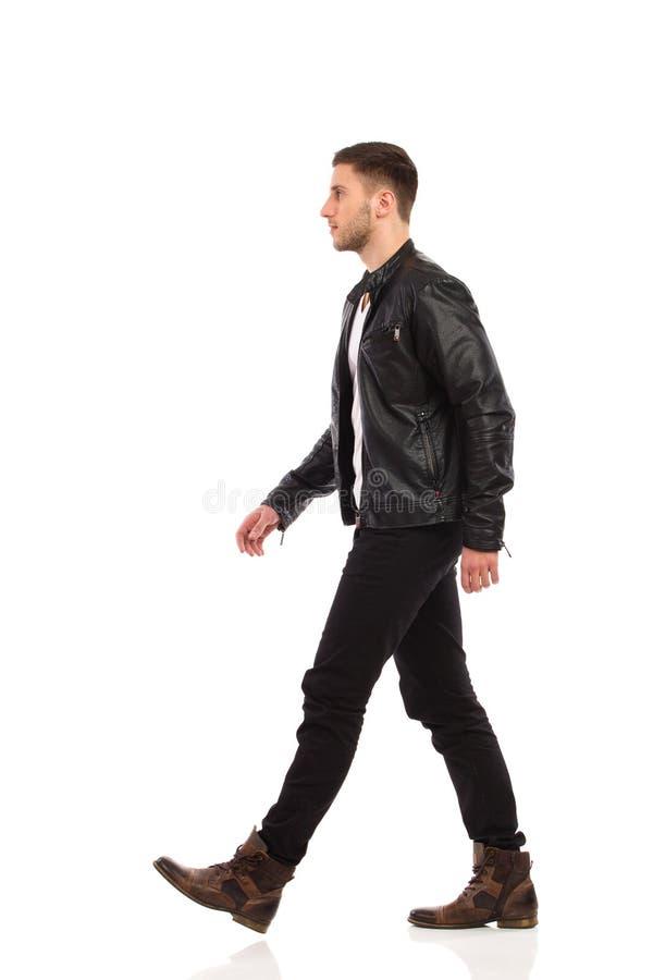 Chodzący rockowy mężczyzna.