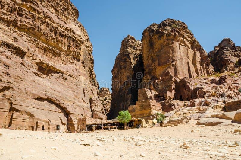Chodzić między Ñ  onstruction zaniechany miasto Petra obrazy royalty free