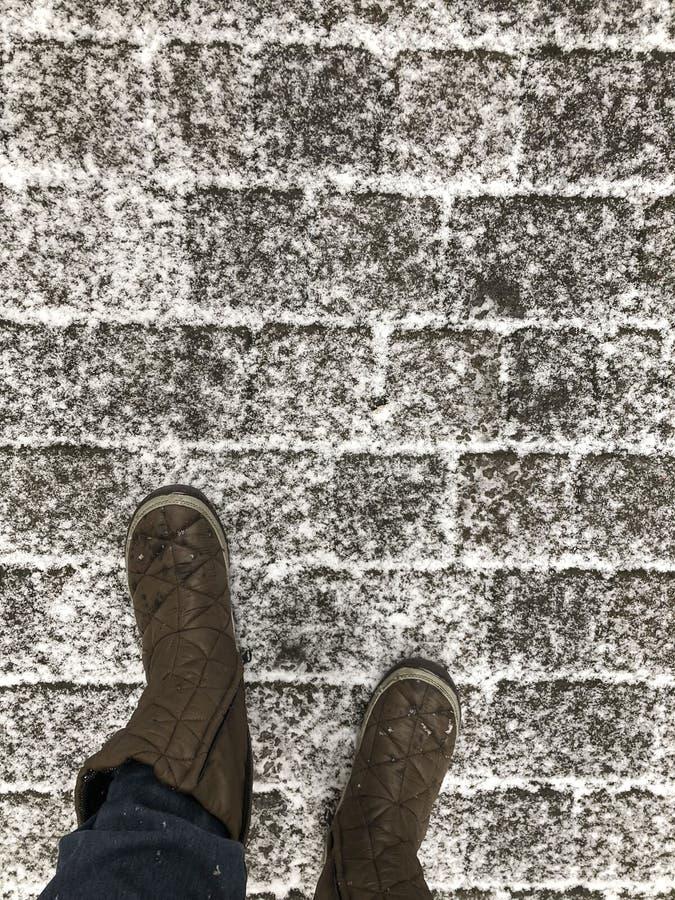 Chodzić na brukowiec ulicie pod śniegiem w zimie fotografia royalty free