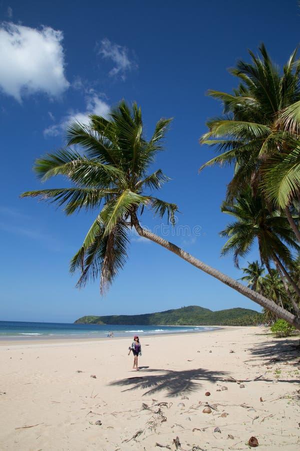 Chodzić na tropikalnej plaży fotografia royalty free