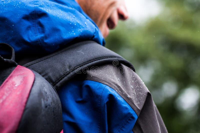 Chodzić outdoors w deszczu obraz royalty free