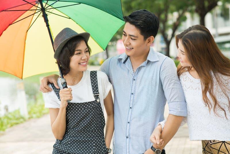 Chodzić pod parasolem zdjęcia royalty free