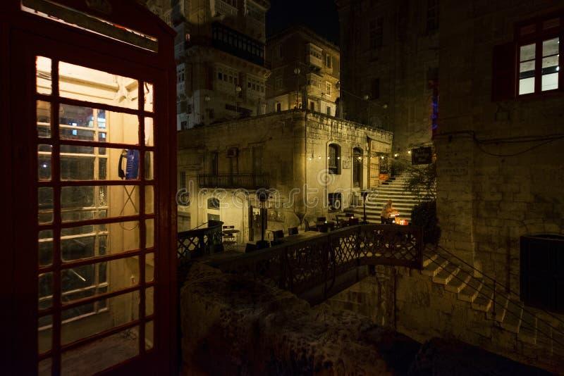 Chodzić przez nocy Malta Maltańczyka styl stary budka telefon zdjęcie stock