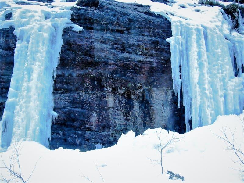 Chodzić w górach w zimie obrazy royalty free