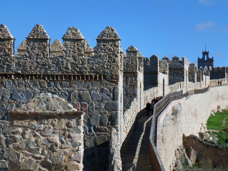 Chodzić wzdłuż ramparts średniowieczne miasto ściany Avila obraz royalty free