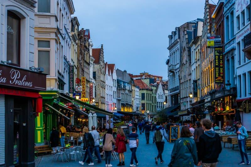 Chodzić zatłoczone ulicy Antwerp miasto podczas nocy przy grotemarkt, Antwerpen, Belgia, Kwiecień 23, 2019 zdjęcia royalty free
