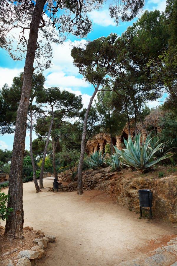Chodzi ścieżkę Parkowa Guell aleja w letnim dniu w Hiszpania zdjęcia stock