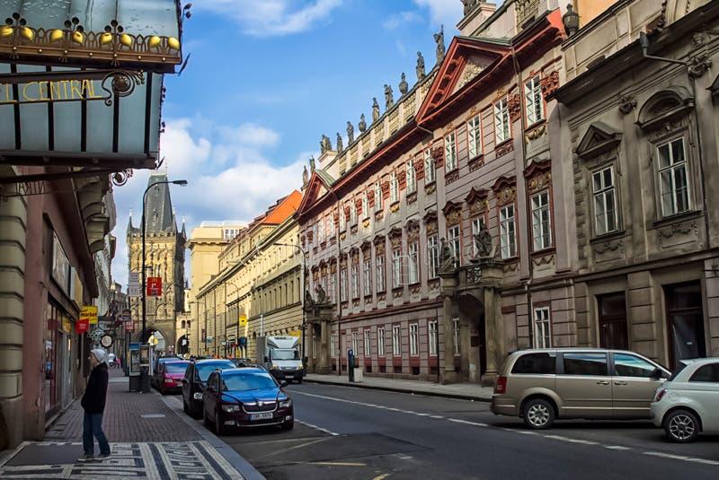 Chodzi przez widoków Praga i ulic Dziejowi budynki i kulturalni zabytki zdjęcia royalty free