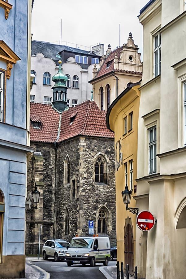 Chodzi przez widoków Praga i ulic Dziejowi budynki i kulturalni zabytki obraz stock
