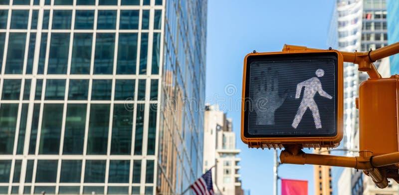 Chodzi ruchu drogowego znaka dla pedestrians, plama budynków biurowych tło zdjęcia royalty free