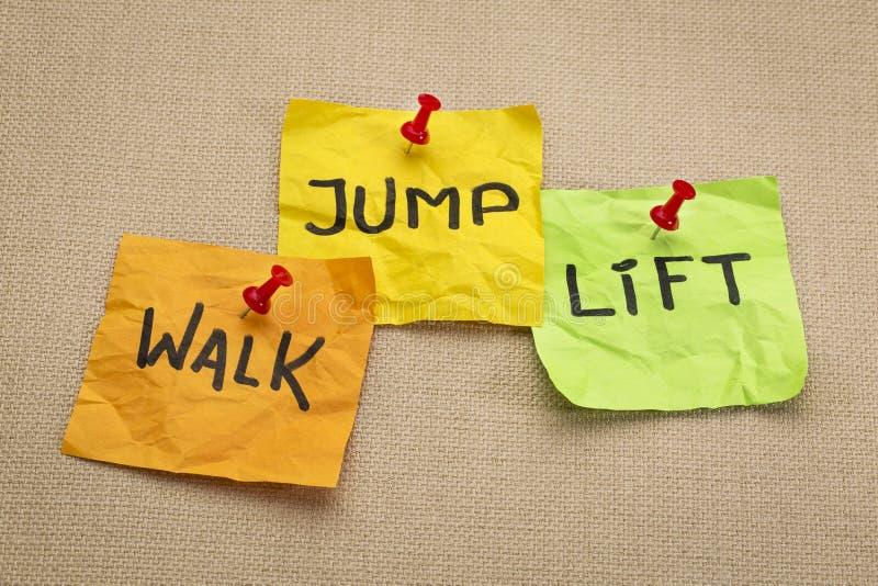 Chodzi, skacze, podnosi, - sprawności fizycznej pojęcie fotografia royalty free